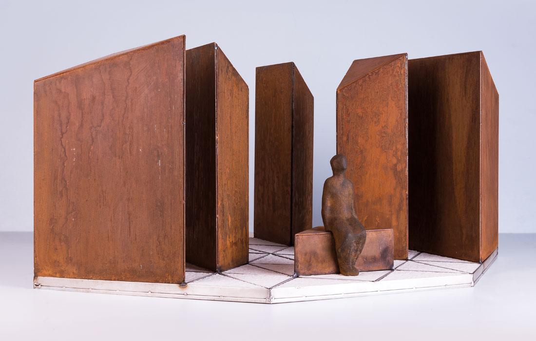 Vista frontal del Proyecto Diamante de Oscar Cezano. En ella se ven unos bloques de lo que parece hierro con una silueta