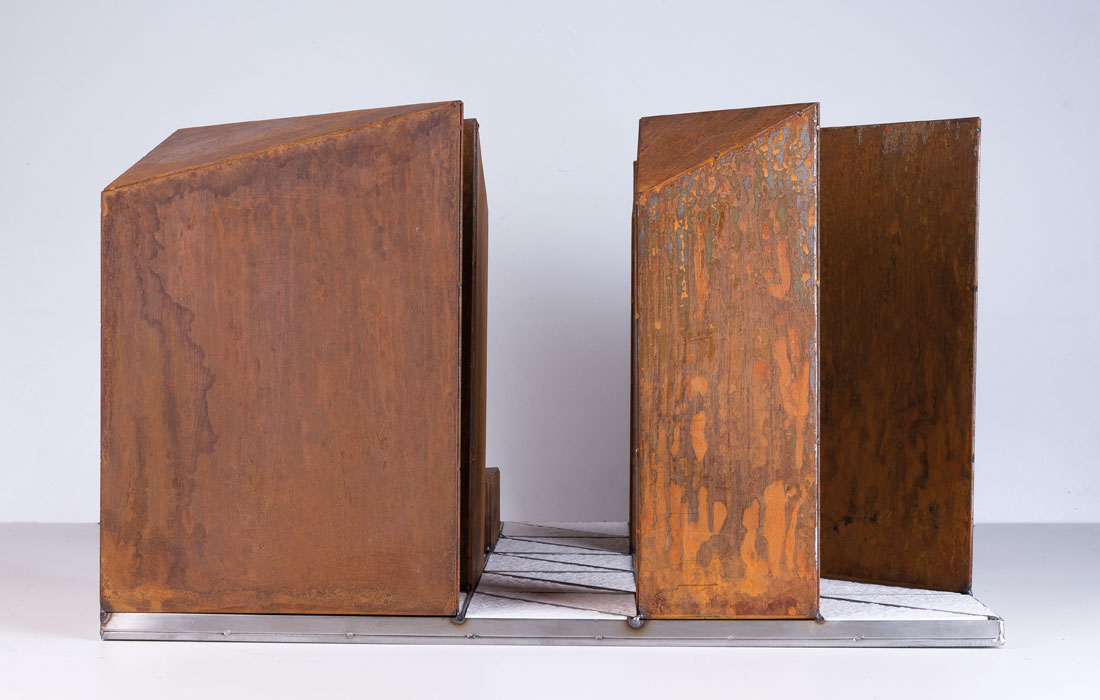 Vista de perfil proyecto Diamante de Oscar Cenzano. Museo de Arte Contemporáneo del Camino. Conjunto escultórico en acero inoxidable, acero corten, hierro fundido y cemento armado.