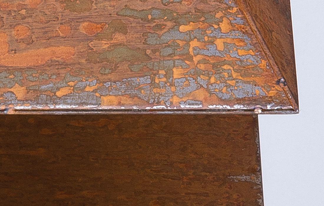 Primerísimo plano del proyecto Diamante de Oscar Cenzano para el Museo de Arte Contemporáneo del Camino. Detalle de un prisma de de acero corten en forma triangular