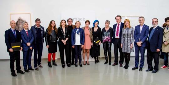 Grupo de personas entre los que se encuentras l¡n los fundadores del MACC, diferentes artistas, la alacldesa de LOGROÑO cUCA gAMARRA, LA CONSEJERA DE INNOVACIÓN lEONOR